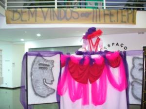 Ao público que chegava no Centro Cultural, uma faixa foi colocada juntamente com a exposição dos desenhos